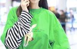 又一枚活力少女!沈夢辰著亮眼綠上衣現身機場,打電話超甜蜜