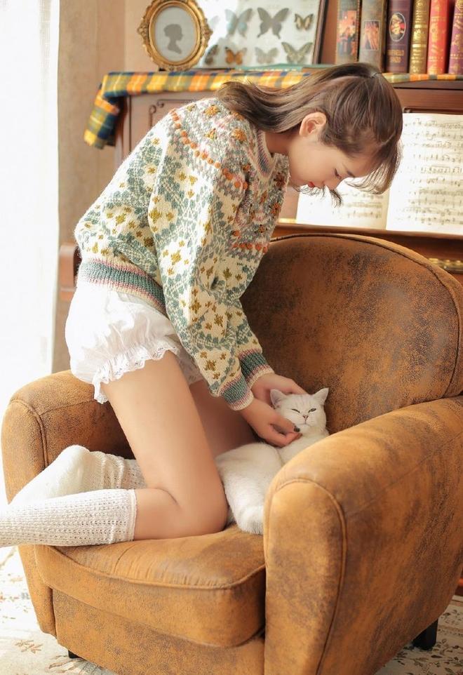 文藝:會彈鋼琴的小姐姐,顏值爆表,簡直美翻了