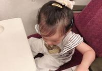 伊能靜晒出喝奶睡著的小米粒,網友卻被這長長的睫毛迷到了