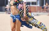 47歲的美國女星格溫·史蒂芬妮,身披彩虹外衣在沙灘上盡顯迷人身材