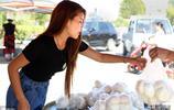 """姑娘顏值很高氣質出眾,每天賣出饅頭4000個,人稱""""饅頭西施"""""""