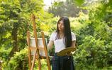 知性美女慢享畫畫小時光