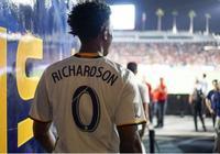 約什-理查德森現場觀戰洛杉磯銀河對曼聯的比賽