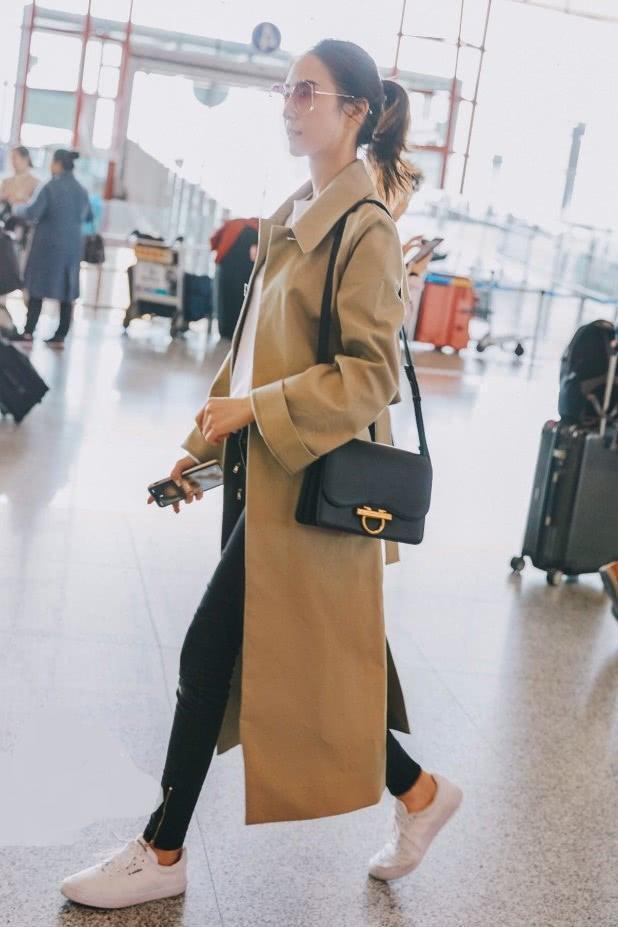 """今年很火的一種新穿法,""""風衣""""+黑褲子,年後數你穿得最時髦!"""