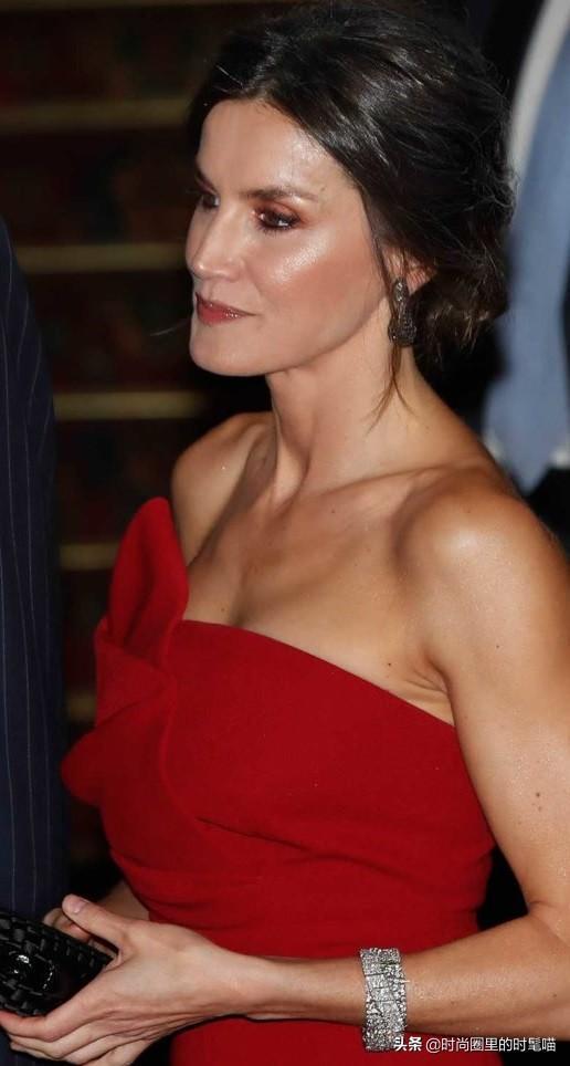 西班牙王后穿搭別出心裁,刺繡裙配粉鞋和手包,減齡又顯少女感