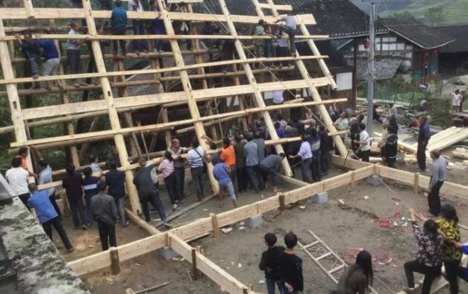 千年古村100人建木板房場面驚呆遊客