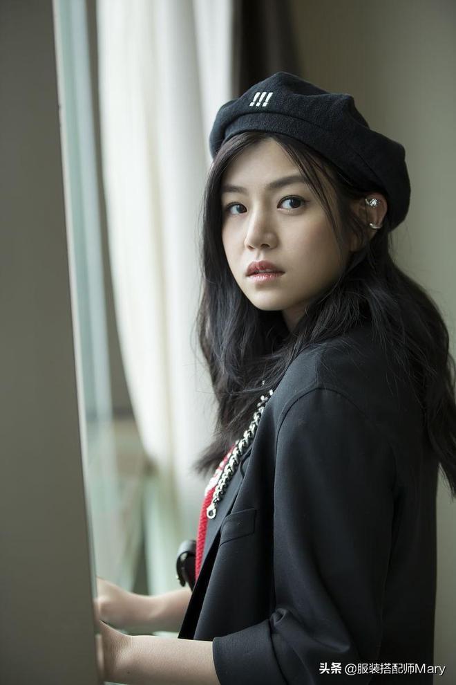 陳妍希拍攝寫真,少女減齡穿搭凸顯修長美腿