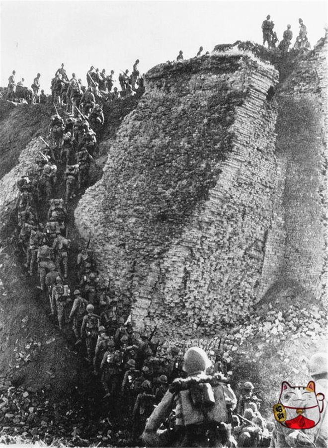 老照片:日軍侵華罕見照,圖4爬上長城,圖6坐在移動軌道車上巡邏