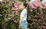 「每一美」薔薇花海中的馬尾白T美女清爽宜人