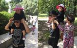 48歲王小利近照,兩個兒子帥氣不隨爸爸,女兒很像