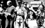 出來賣國遲早是要遭報應的,老照片直擊抗戰勝利後漢奸槍決現場
