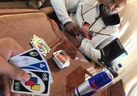 安東尼-戴維斯與隊友龐德塞特玩紙牌遊戲