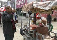 最受歡迎的農村小販,做生意不為了賺錢,卻遭賣菜大娘怒懟!