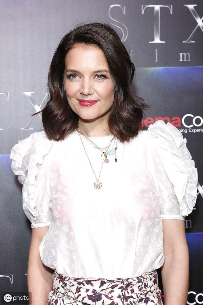 凱蒂·赫爾姆斯出席活動 白色上衣搭配印花裙展現成熟女人味