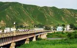 這座小城有一座橋叫中朝友誼橋,有一條江叫圖們江,中朝交界地方