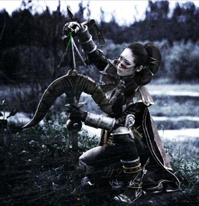 《英雄聯盟》暗夜獵手薇恩的cosplay秀,黑暗風格