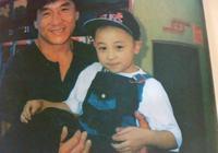 釋小龍7歲被邀請當嘉賓為成龍頒獎,兩張合影解釋他為何如今不紅