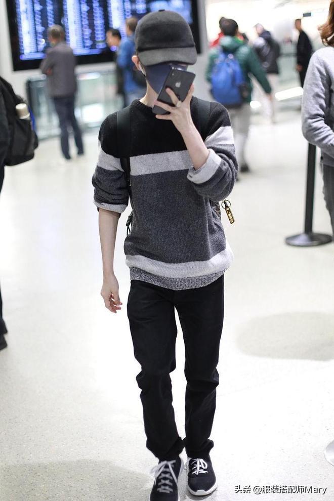 郭敬明休閒風穿搭現身機場,邊走邊玩手機顯繁忙