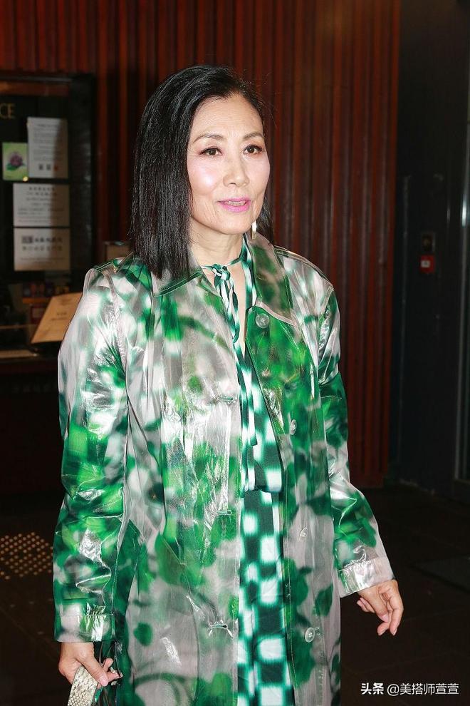 71歲汪明荃穿綠格長裙顯優雅貴婦範,對鏡比剪刀手賣萌好似少女