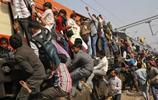 實拍印度人出行坐火車,牛在候車室,飯菜讓人反胃,廁所卻有廁紙