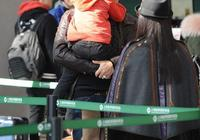 57歲林瑞陽攜張庭現機場,相差10歲的兩人看起來竟似祖孫!