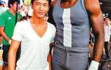 NBA巨星霍華德和黃曉明合照,網友:黃曉明沒有1米8!
