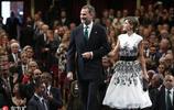 西班牙王后復古造型驚豔亮相頒獎禮 優雅低盤發盡顯古典美