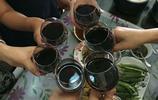 一群愛喝酒的女人相聚一起,酒杯一碰開聊,最後嚇跑了唯一的男人