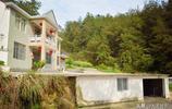 山村村民建樓房用新方法,房間多空地大,汽車不能隨便停