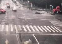 最新車禍動圖警示:路口搶行,小轎車被大車推到了燈杆上
