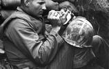 二戰老照片:圖8小男孩父母被敵軍殺害,只能抱著小狗尋求安慰!