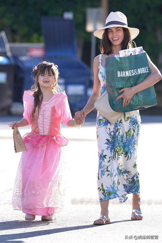 珍娜·迪萬穿碎花裙清爽現身,女兒穿粉色紗裙笑露豁牙顯可愛