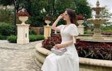 天王嫂方媛晒出最新美照,身穿白色V領長裙的Moka名媛範兒十足