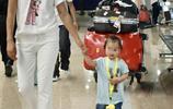 朱丹與丈夫女兒亮相機場,週一圍單手抱女兒爸爸力爆棚