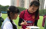 圖集:女足集訓受球迷熱捧,趙麗娜為小妹妹簽名送祝福