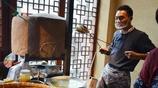 農村小夥用泥巴爐烤出來的燒餅兩塊錢一個,每天都能賣出去2500個