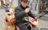 69歲老人每天兩趟騎車賣糕點,有退休金不在乎賺錢,就是不敢回家