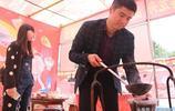 安康農村娃和媳婦賣鐵吊罐燉菜鼓氣饃,10元一碗一天能賣300多碗