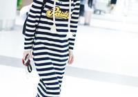 陳魯豫穿藍白條紋連帽連衣裙走機場,時尚休閒減齡又很潮 蠻好看