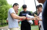 上海上港訓練場外與球迷友好合影 眾將休閒裝亮相誰最有型?