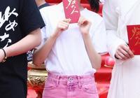 《無心法師3》殺青,陳瑤穿白T配粉色A字裙,美得像個小公主