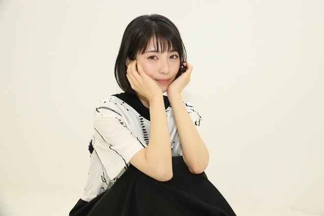 濱邊美波拍攝寫真 黑白連衣裙展示清純氣質