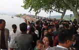 """五一首日超60萬遊客湧向杭州西湖,斷橋變""""人橋"""",4G網瞬間變慢"""