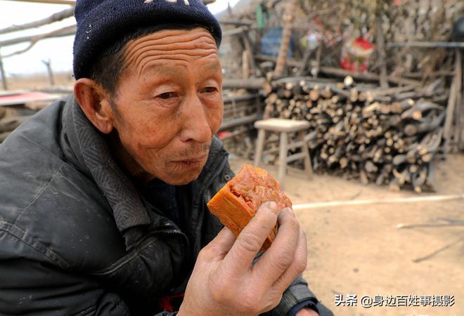 7旬農村大媽端盆稀罕美食待客,她說城裡有錢也吃不上 看看是啥