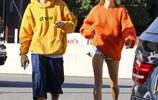 賈斯汀·比伯和海莉·鮑德溫洛杉磯吃早餐被拍 兩人穿的都很鮮豔