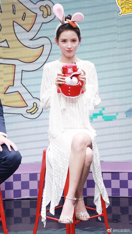 張予曦參加某訪談節目錄制,網友:這腿是真的白 腳長的真好看