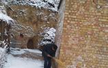 下過雪的早晨我只看到了一個八十多歲的老人在掃雪