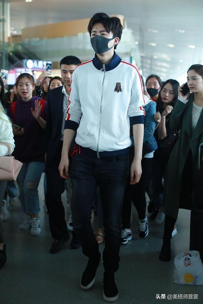 """""""摩登兄弟""""劉宇寧休閒穿搭極具年輕活力,口罩遮面略顯低調"""