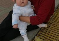 寶寶口欲期,喝完奶都會吃手手,家婆老是懷疑我奶水不夠,我該怎麼辦?有同樣的寶媽嗎?