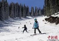 新疆滑雪愛好者享受入夏前最後的滑雪時光